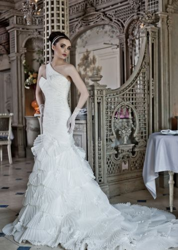 Комментарий: Платья изготовлены из самых дорогих и модных материалов, инкрустированы жемчугом, рюшами, цветами... самые дорогие свадебные платья мира